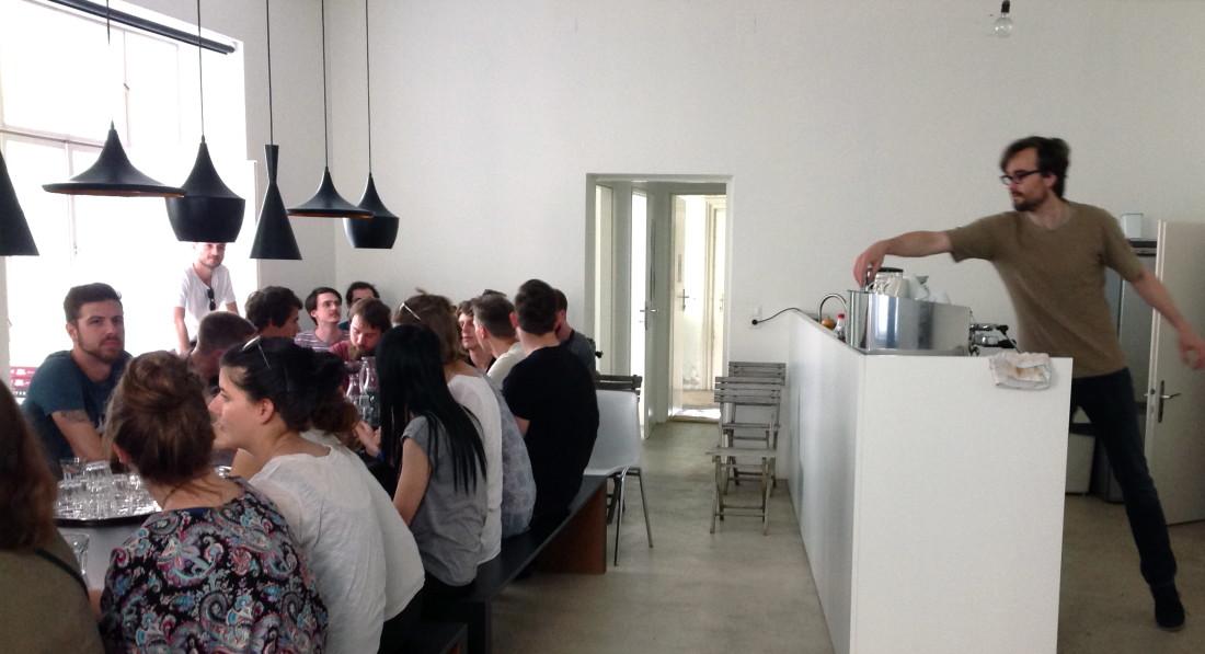 Ralf Herms von ROSEBUD inc. zeigt uns tolle Gestaltung und macht uns sogar Kaffee –Foto: Christine Albert