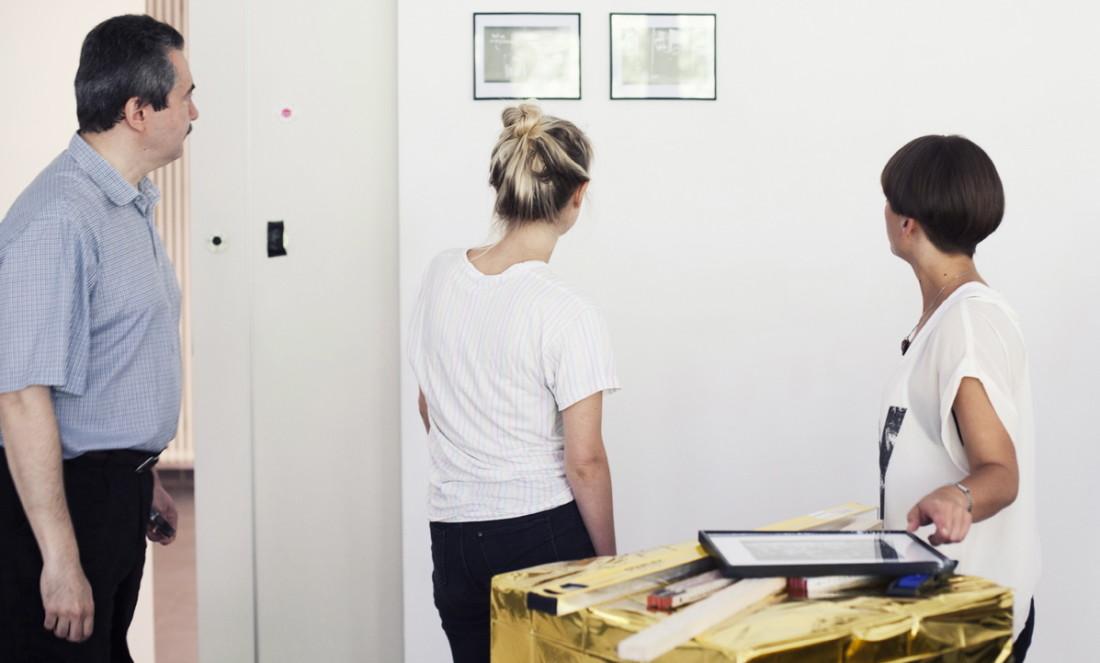 Oleg, Eva und Jasmin beim Aufbau der Ausstellung.