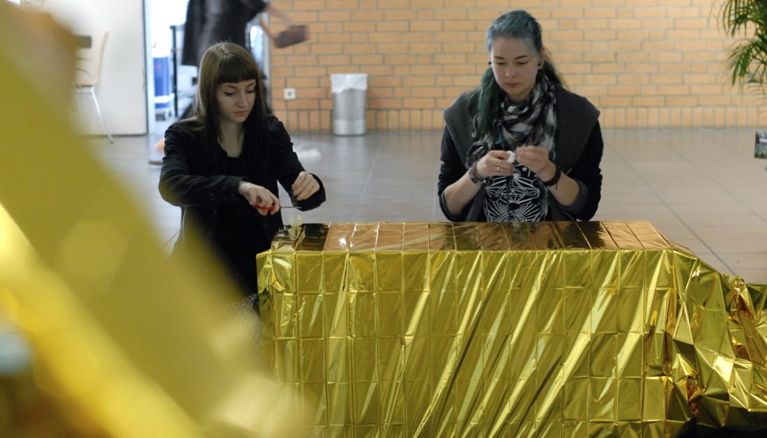 gold kleben, wickeln, gold kleben, wickeln, gold … Anna und Alexandera verpacken.