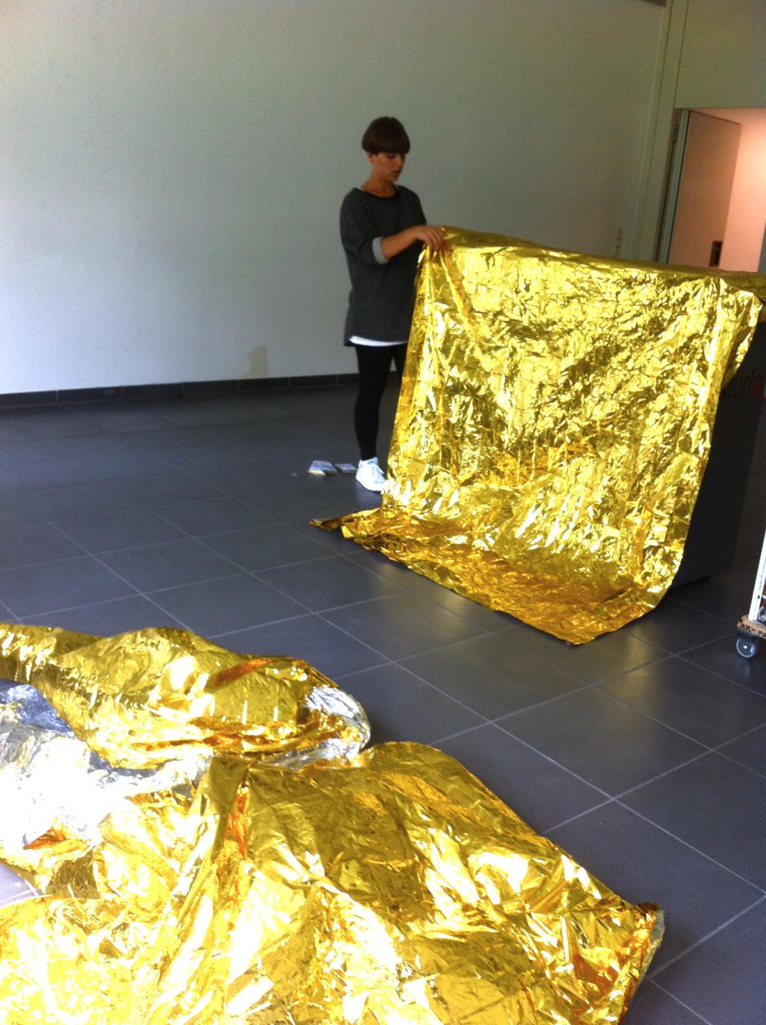 """… und noch mehr einpacken. Jasmin vergoldet die """"Architektenbar""""."""