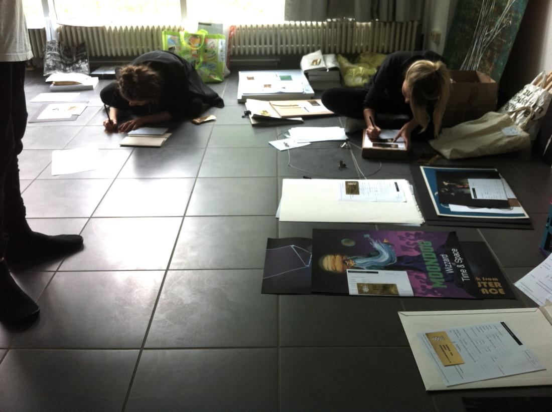 Luisa und Luisa schreiben mit schönster Schrift 100 Nameskärtchen.